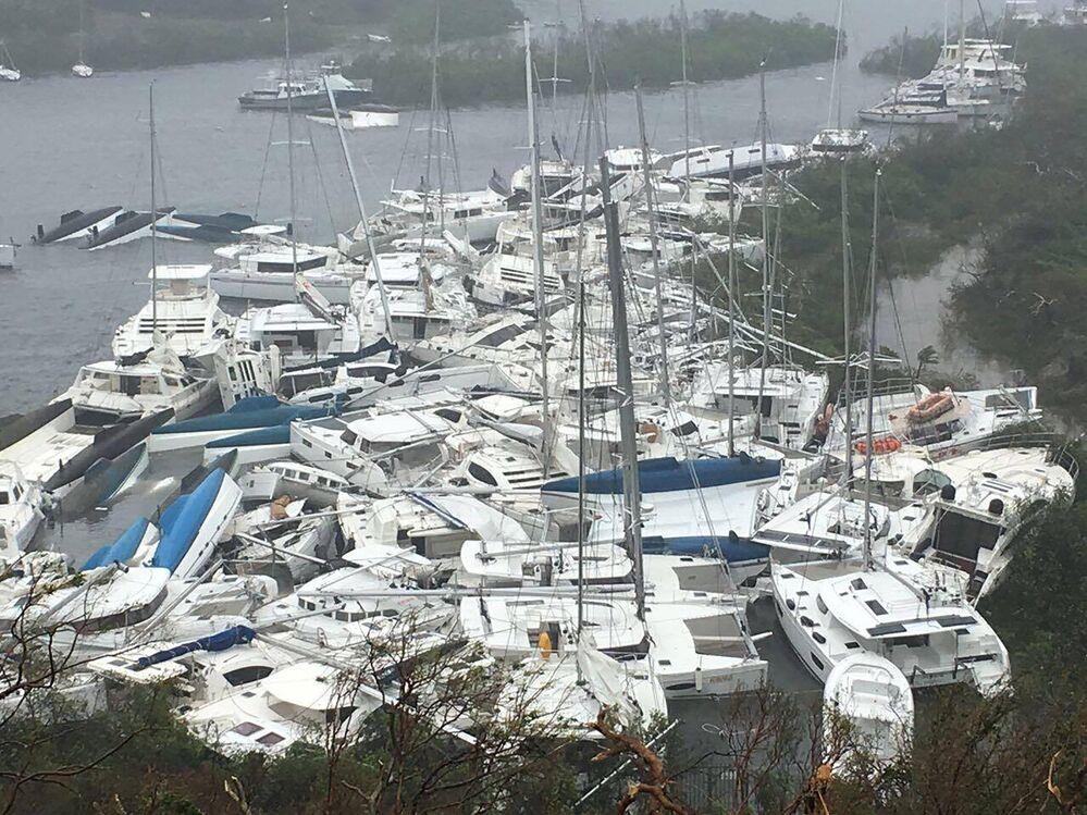 Barcos que sofreram danos e caos ao longo da costa da ilha de Tortola (uma das Ilhas Virgens Britânicas)