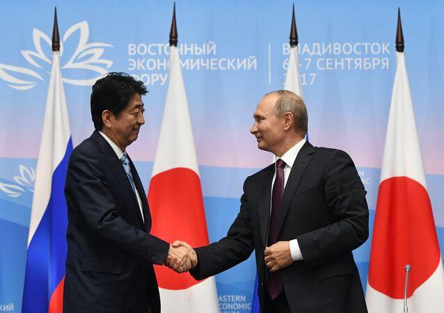 Primeiro-ministro japonês Shinzo Abe e presidente russo Vladimir Putin durante o Fórum Econômico Oriental