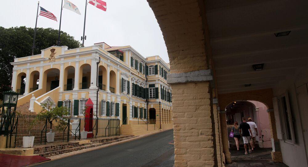 Turistas caminham perto da casa do governo em Christiansted, nos arredores de St Croix, nas Ilhas Virgens Americanas em 29 de junho de 2017.