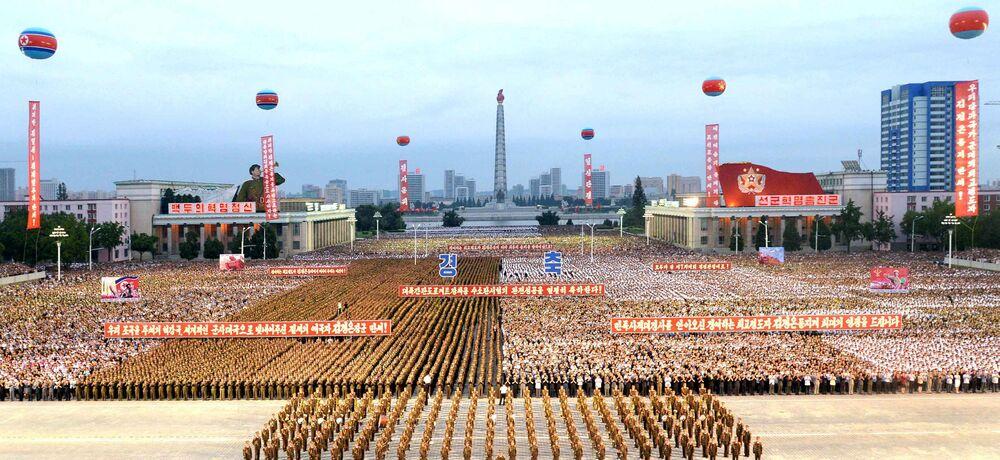 A parte principal da festa foi a parada militar na praça central de Pyongyang