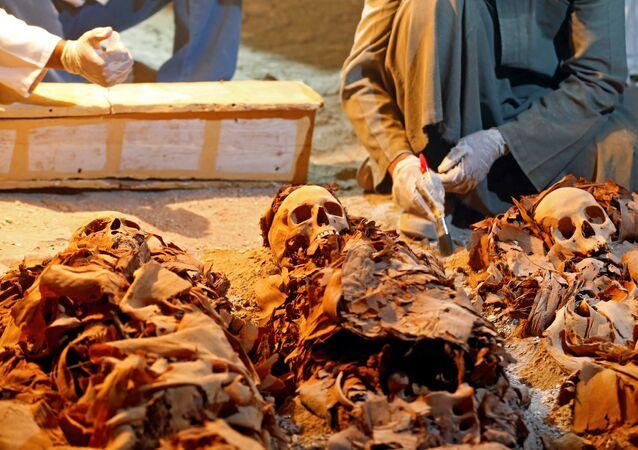 Arqueólogos egípcios no recém-descoberto túmulo com múmias em Luxor, Egito, em 9 de setembro de 2017