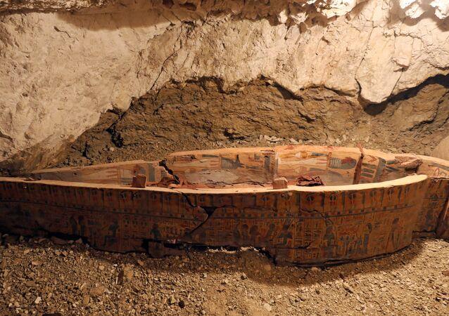 Sarcófago descoberto por arqueólogos egípcios em Luxor, Egito (foto de arquivo)