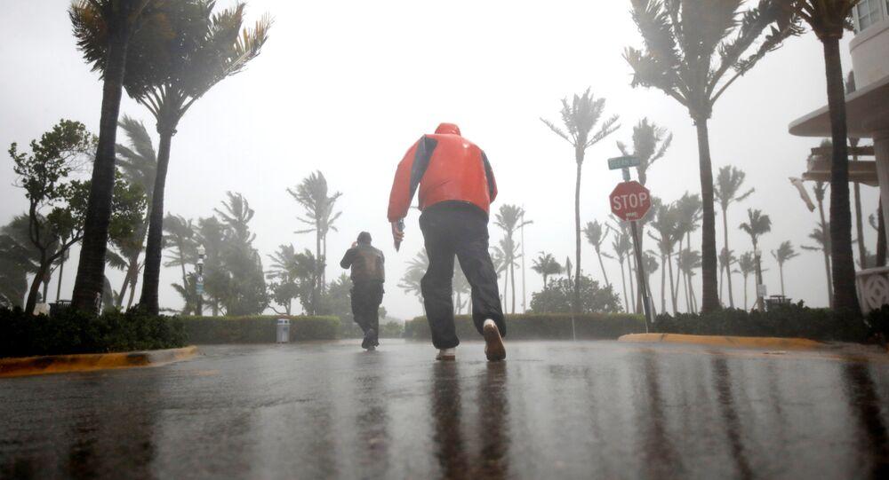 Pessoas tentam caminhar em rua de South Beach, na Flórida, pouco antes da chegada do furacão Irma