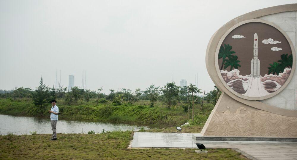 Um homem no Centro de Lançamentos Espaciais  Wenchang, China