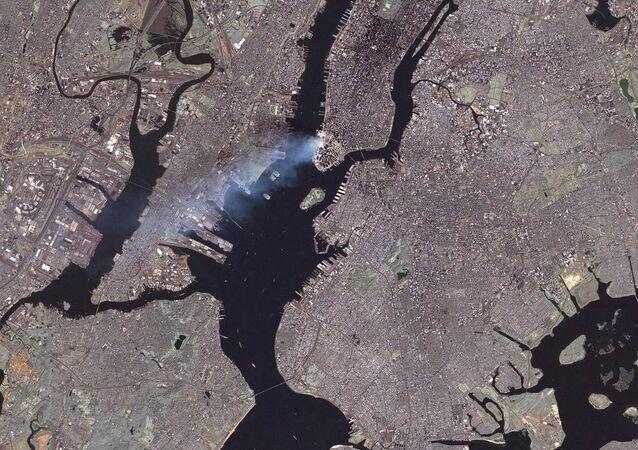Fumaça levanta-se sobre Nova York após os atentados de 11 de setembro de 2011
