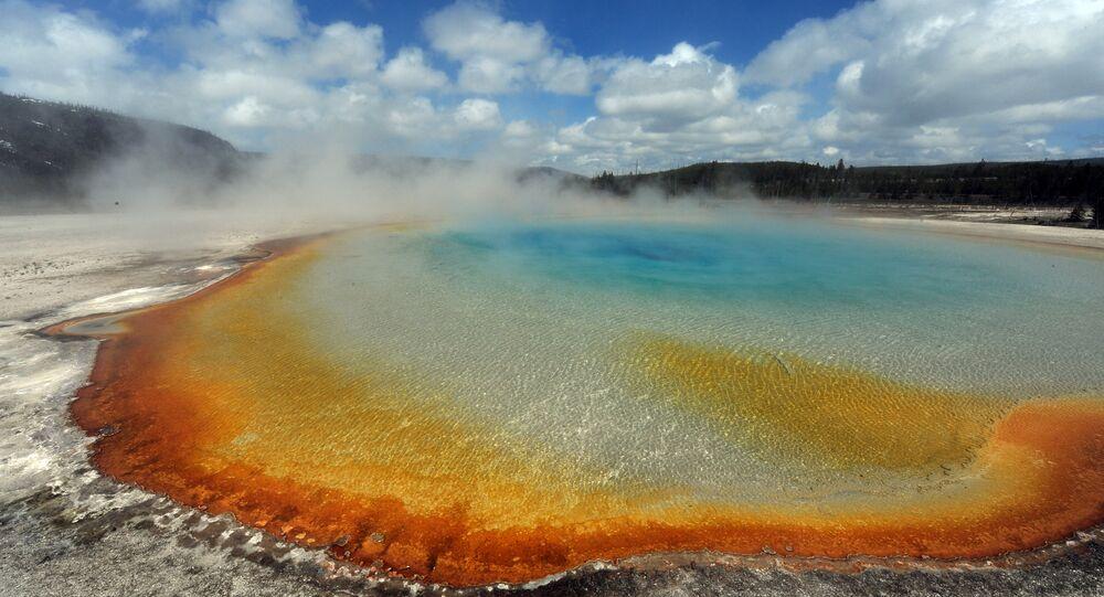 A Grande Fonte Prismática no Parque nacional de Yellowstone, Wyoming, EUA