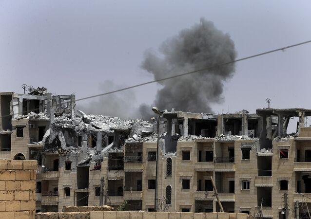 Fumaça liberada após um ataque aéreo da coalizão internacional em Raqqa (foto de arquivo)