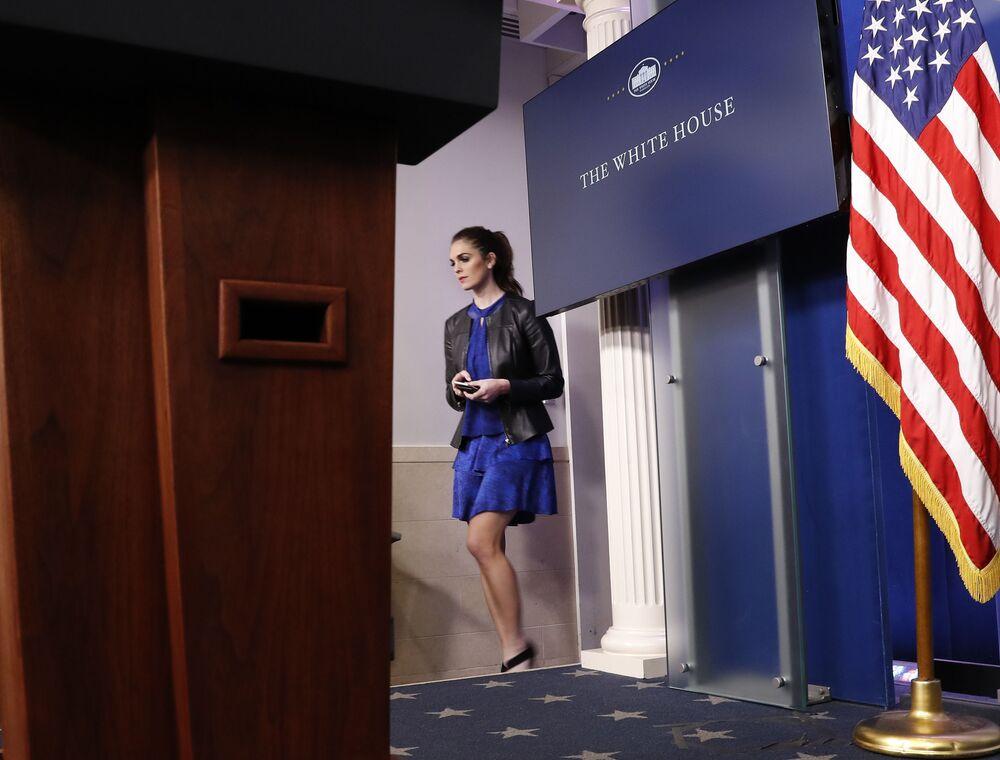 Hope Hicks indo em direção ao seu assento antes do briefing diário na Casa Branca, Washington