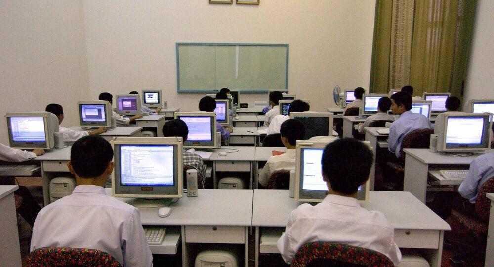 Norte-coreanos perante os computadores