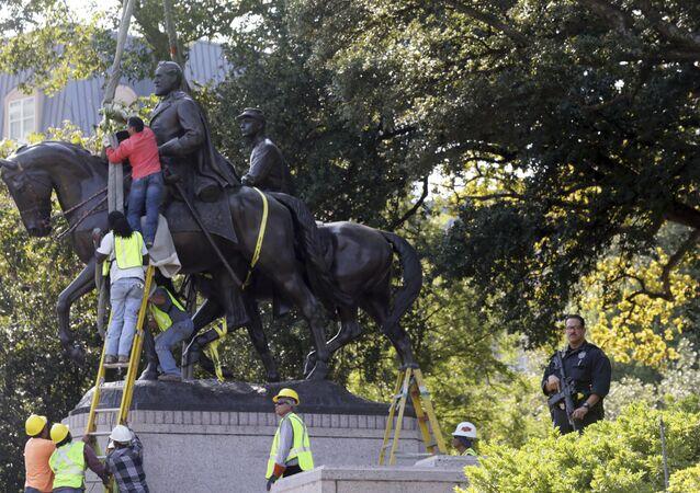 Trabalhadores preparam a remoção da estátua de Robert E. Lee.