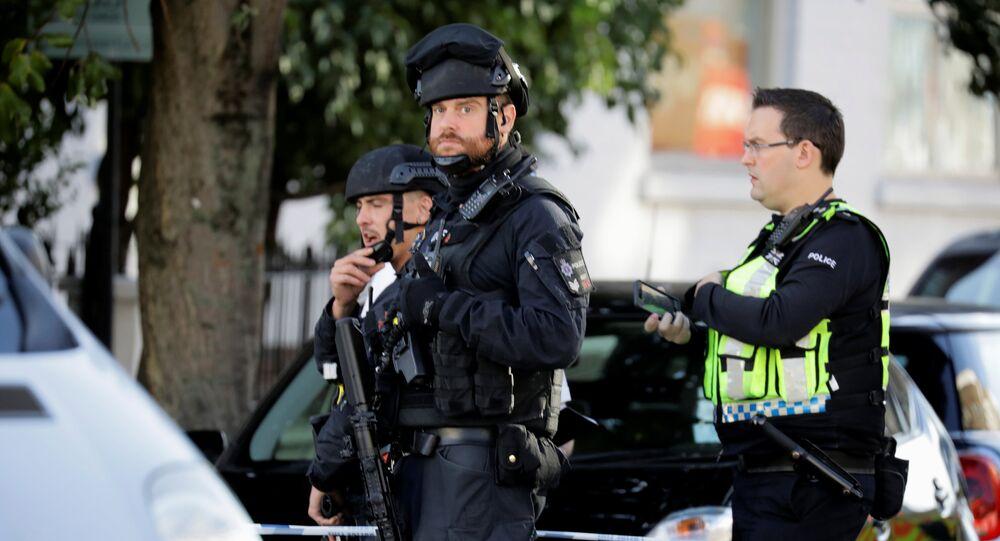 Policiais armados perto da estação de metrô Parsons Green em Londres, em 15 de setembro de 2017