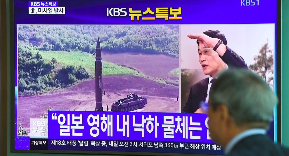 Homem assiste ao lançamento de míssil balístico disparado pela Coreia do Norte em 15 de setembro de 2017