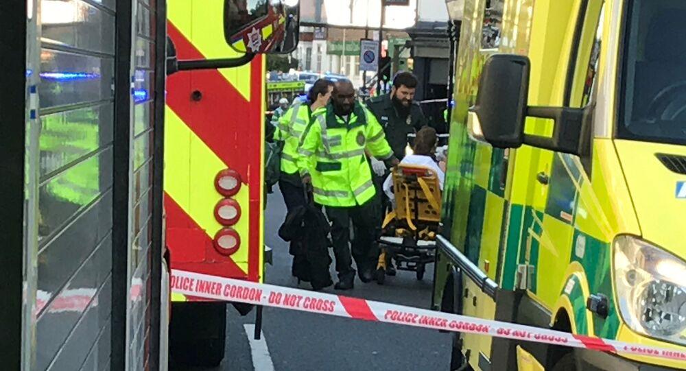 Agentes do serviço de emergência de Londres resgatam vítimas de explosão em estação de metrô