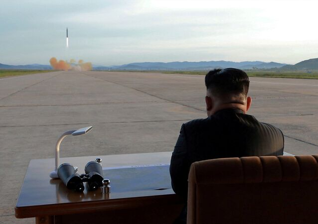 Lider norte-coreano observa o lançamento do míssil Hwasong-12, 15 de setembro, 2017