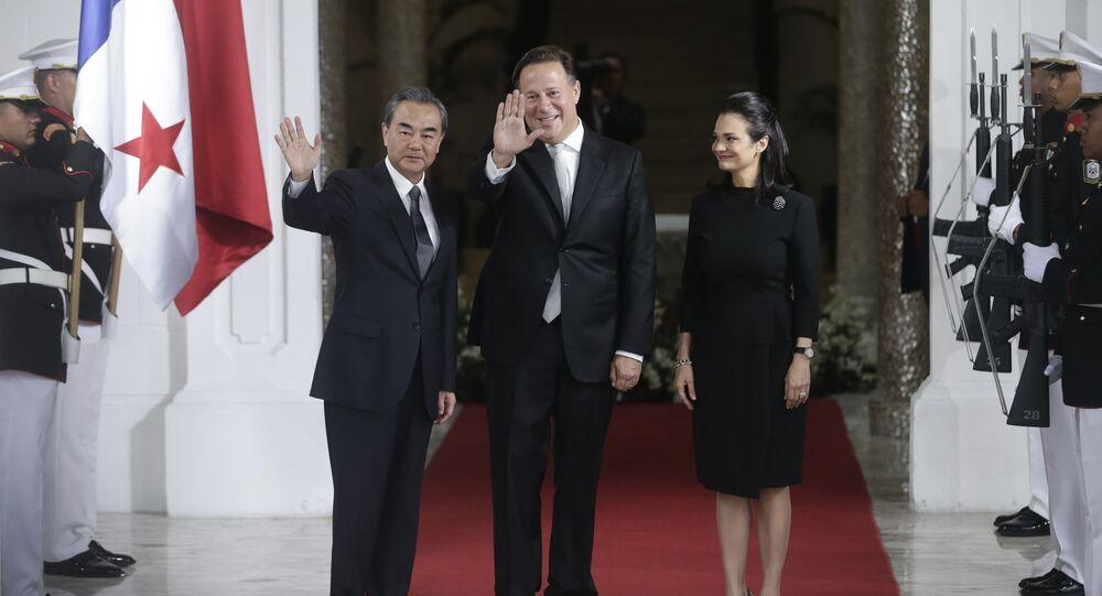 Da esquerda para a direita: o chanceler chinês, Wang Yi, o presidente do Panamá, Juan Carlos Varela, e chanceler panamenha, Isabel de Saint Malo