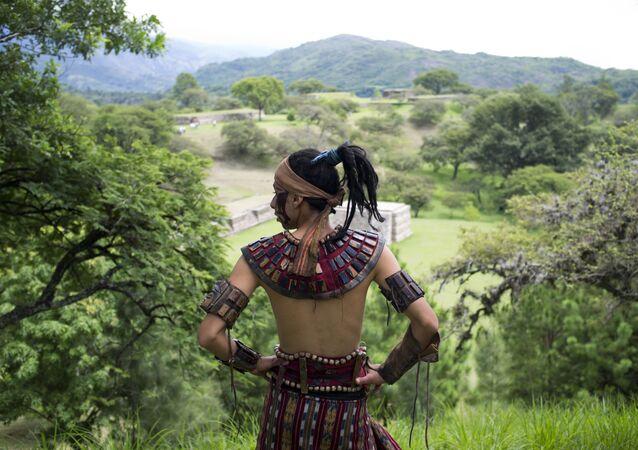 Homem vestido com traje tradicional maia