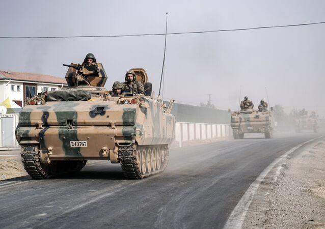 Tanques do exército turco vão ao longo da fronteira síria (foto de arquivo)