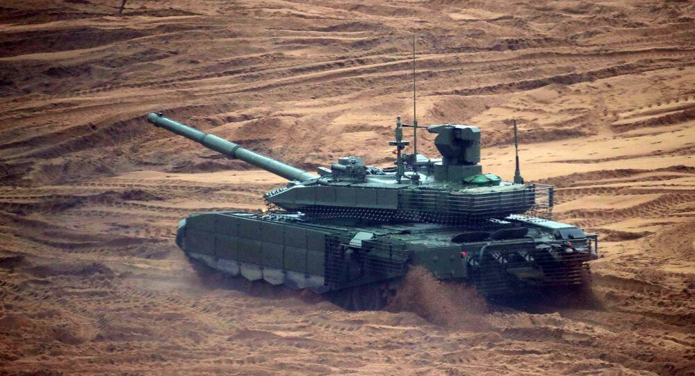 Um tanque T-14 Armata é visto em 18 de setembro de 2017 no polígono Luzhsky durante os exercícios estratégicos conjuntos russo-bielorrussos Zapad 2017