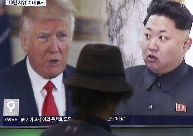 Homem assiste à transmissão de notícias que mostra o presidente norte-americano Donald Trump e líder norte-coreano Kim Jong-un