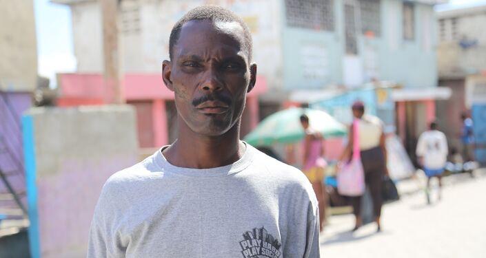 O pedreiro Dexilus St. Louis (53 anos) teve cólera em novembro do ano passado: Meus joelhos não aguentavam o peso do meu corpo, sentia dores no estômago. Duas pessoas morreram do meu lado no hospital, eu estava com medo.