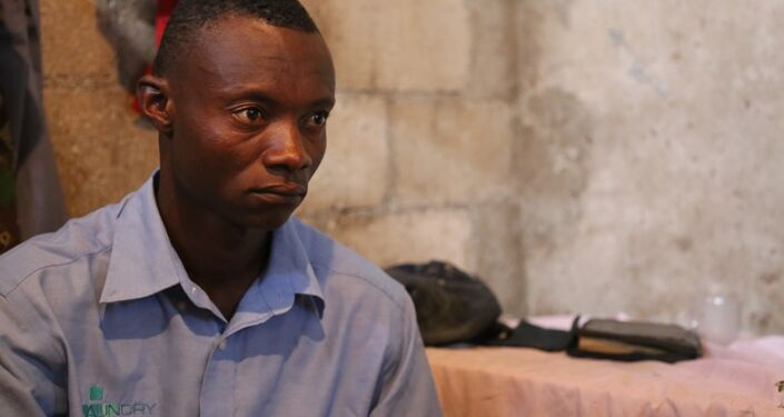 O pedreiro Charlithe Eddy (26 anos) perdeu a mãe em dezembro de 2011 carregou a mãe com cólera nas costas no meio da noite, desesperado por tratamento médico: Não quero esses soldados [da Minustah] aqui, estou feliz que estejam indo embora.