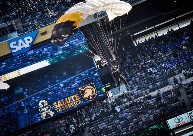 Paraquedista da Guarda Nacional de Nova Jersey durante show aéreo que precede um jogo de futebol americano