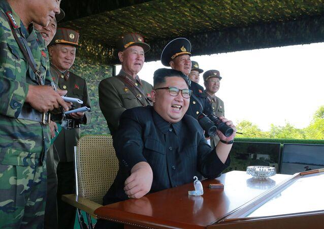 Kim Jong-un com militares norte-coreanos