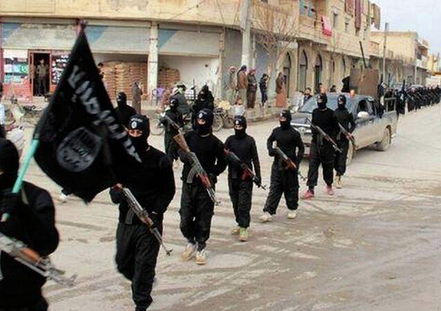 Militantes do EI marchando na Síria