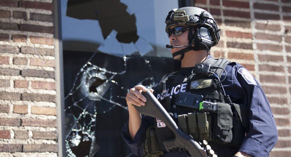 Policial em Baltimore em 29 de abril de 2015