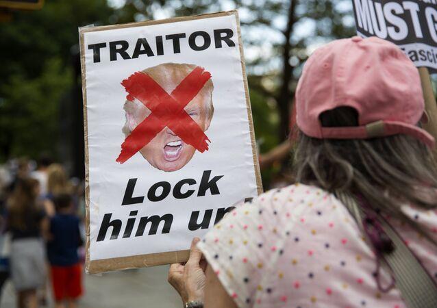 Cartaz com a palavra traidor em uma manifestação anti-Trump nos EUA (foto de arquivo)