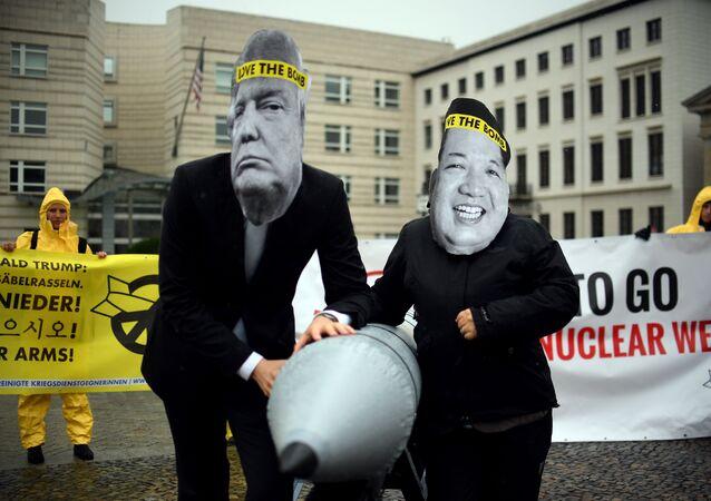 Ativistas a favor da abolição das armas nucleares com máscaras de Donal Trump e Kim Jong-un em frente à embaixada da Coreia do Norte em Berlim, 13 de setembro de 2017
