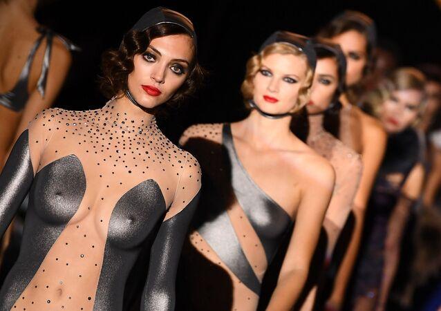 Desfile de modelos de Andres Sarda na semana da moda em Madri