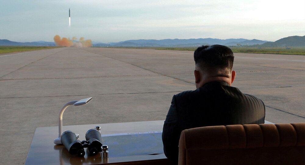 Líder da Coreia do Norte, Kim Jong-un durante o lançamento do míssil Hwasong-12 efetuado em 16 de setembro de 2017