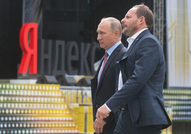 Presidente russo, Vladimir Putin, com o diretor da empresa de Internet russa Yandex, Arkady Volozh