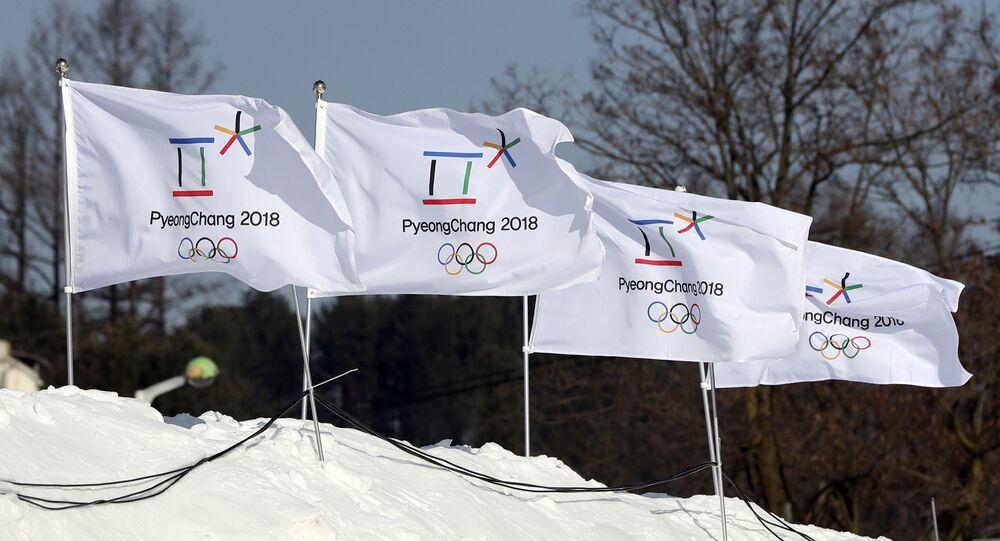 Bandeiras com o logotipo dos Jogos Olímpicos de 2018 em Pyeongchang