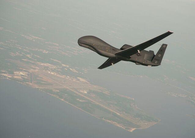 Drone norte-americano RQ-4 Global Hawk. Esta é uma das aeronaves estacionadas na base aérea de Al-Dhafra