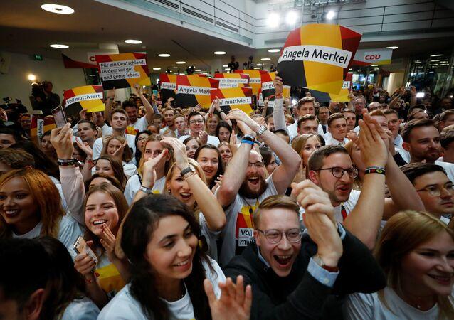 Eleitores se reúnem na sede da União Democrática Cristã (CDU), partido da chanceler Angela Merkel, e reagem às primeiras pesquisas de boca de urna nas eleições gerais alemãs (Bundestagswahl) em Berlim, Alemanha, 24 de setembro de 2017.