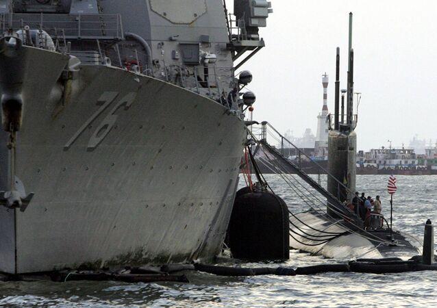 Submarino norte-americano de classe Los Angeles perto de navio USS Higgins