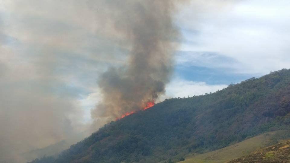 O tempo seco contribuiu para o incêndio.