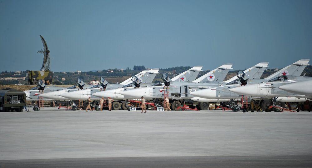 Bombardeiros Su-24 da Força Aeroespacial da Rússia na base aérea em Hmeymim, Síria