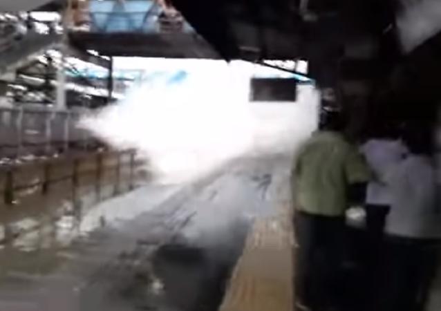 Trem 'inunda' passageiros de água