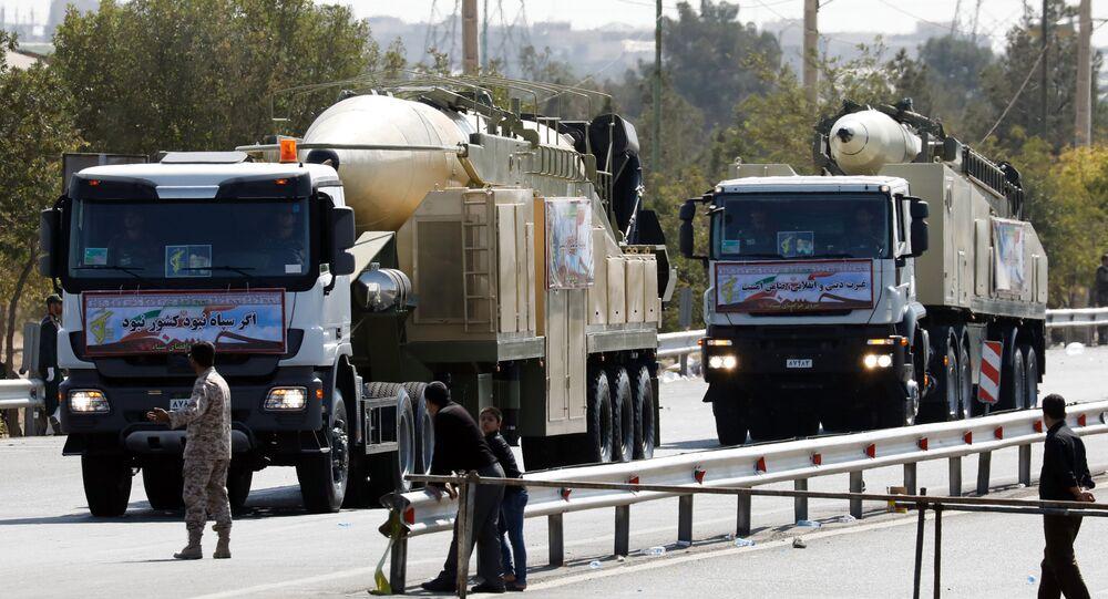 Novo míssil iraniano de longo alcance Khoramshahr durante a parada militar por ocasião do aniversário do fim da guerra de 1980-1988 war with Saddam Hussein's Iraq contra o Iraque em 22 de setembro de 2017 em Teerã