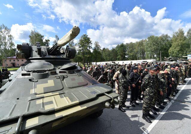 Recrutas do exército ucraniano participam da cerimônia militar de juramento
