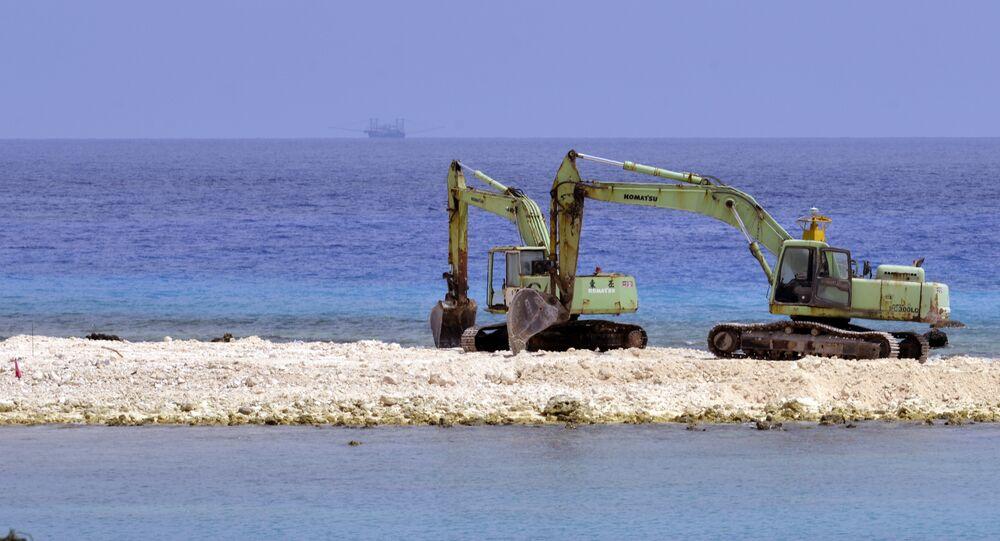 Duas escavadeiras durante a construção na ilha de Taiping island no Mar da China Meridional em 23 de março de 2016