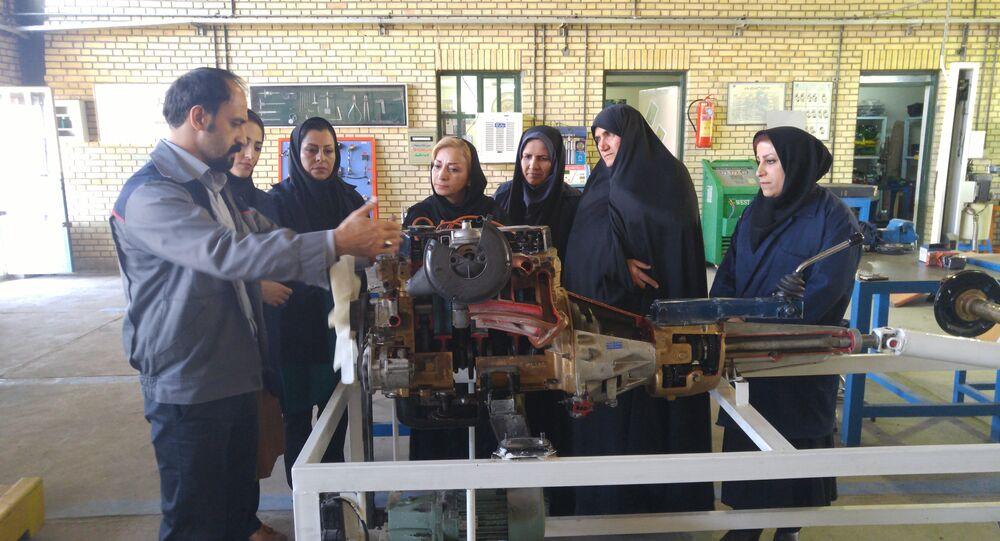 Mulheres iranianas aprendendo mecânica em um centro de treinamento