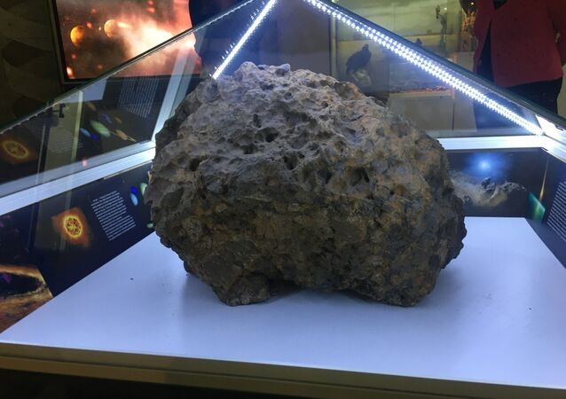 Maior pedaço do meteorito de Chelyabinsk encontrado em 2013 no lago de Chebarkul (foto de arquivo)