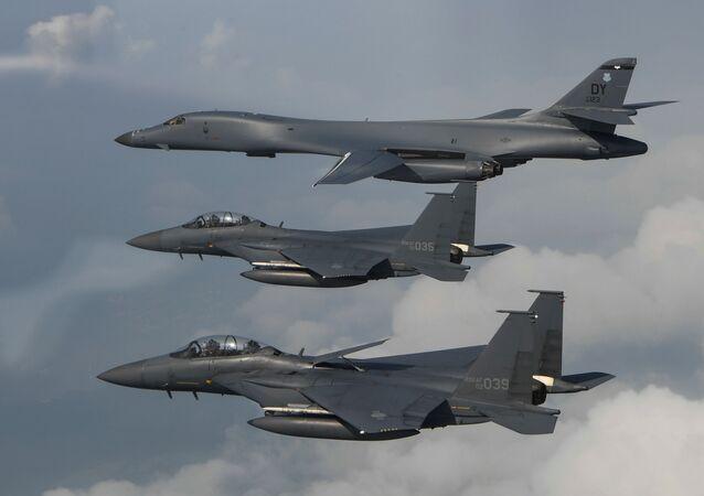 Bombardeiros B-1B Lancer dos EUA e caças F-15 da Coreia do Sul