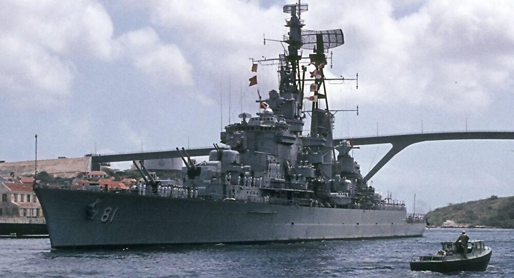 O cruzador Almirante Grau abandonando a baía de Santa Ana, em Willemstad, nas antigas Antilhas Holandesas, em direção a seu novo porto de origem, Callao, no Peru