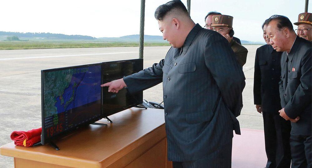 Líder norte-coreano Kim Jong-un observa teste de um míssil