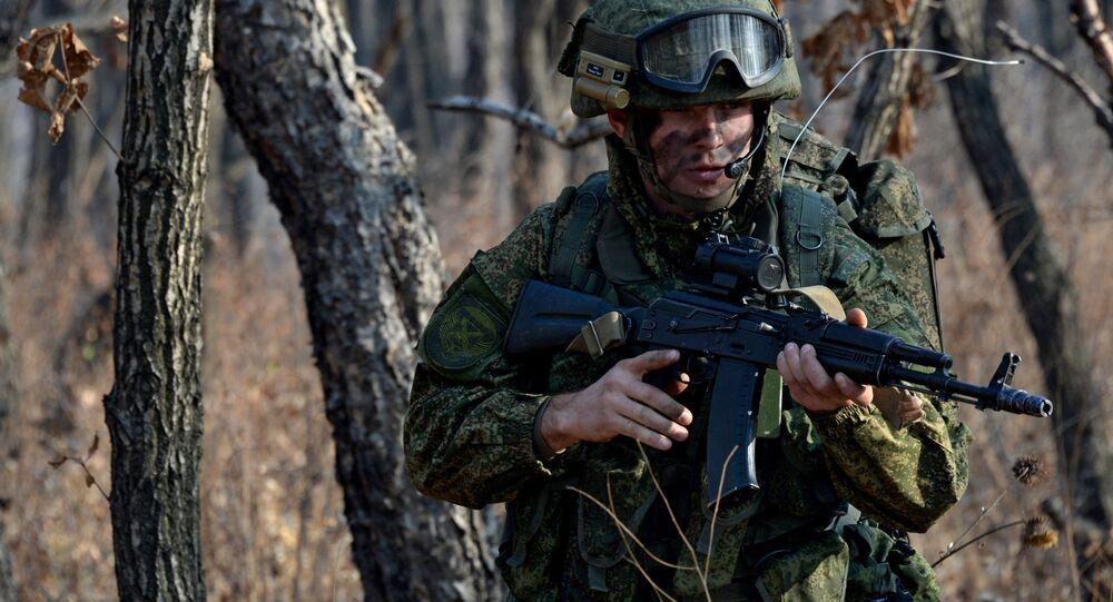 Soldado das tropas de desembarque das tropas terrestres com versão modernizada do famoso Kalashnikov (imagem referencial)